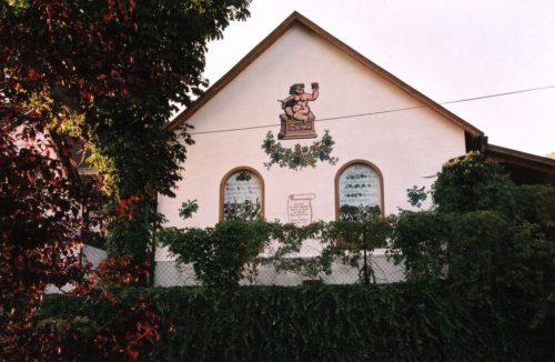 Markant im Ortsbild: Unsere Weinkeller-Fassade